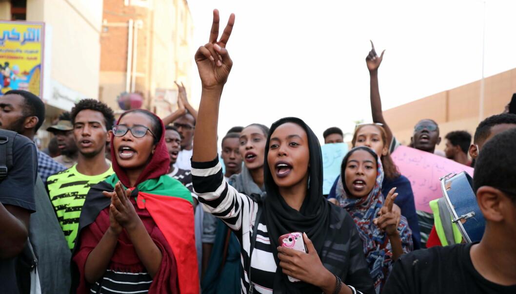 Sudanesiske studenter og elever demonstrerer mot myndighetene etter at fem elever ble drept under en protest mandag. Nå er alle barnehager og skoler stengt inntil videre. Foto: Morwan Ali/EPA
