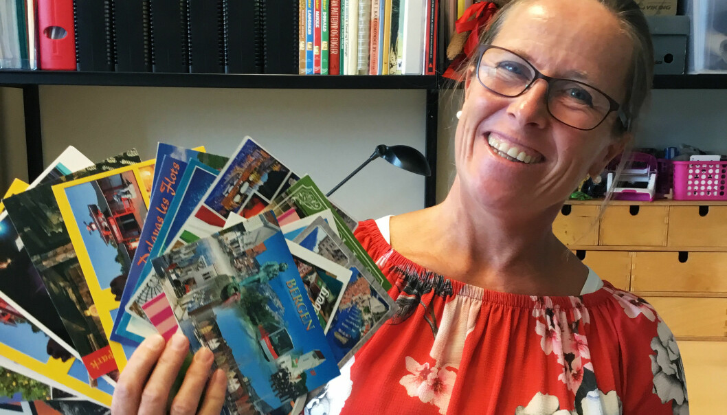 Vibeke Lyngaas hentet frem en idé fra da hun selv gikk på lærerutdanningen i sommer. Hun sendte postkort til alle elevene, og de svarte med hilsener til hele klassen. Foto: Privat