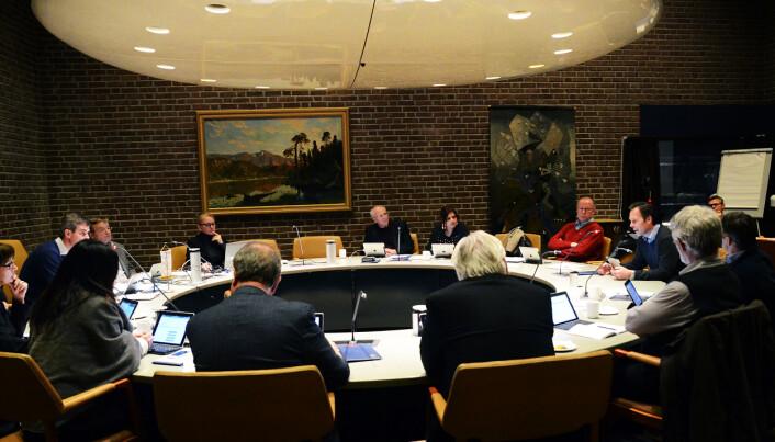 Møte i formannsskapet. Skolesjef Simen Seeberg snakker i mikrofonen til høyre i bildet.