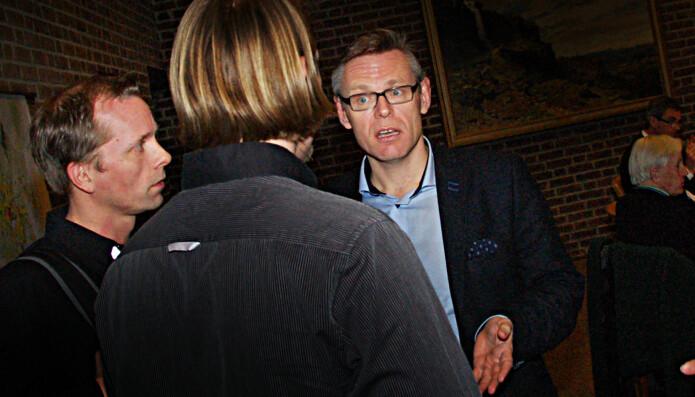 De to lærerne i samtale med assisterende rådmann Lars Petter Kjær etter møtet.