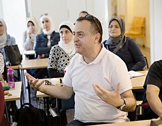 Emad kom som flyktning fra Syria til Sverige. Nå håper han på jobb som lærer i svensk skole.