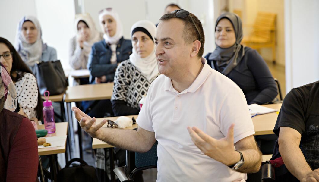 Emad Halabi fra Syria blir engasjert når han snakker om forskjellene på den svenske og syriske skolen. Foto: Kristian Ridder-Nielsen