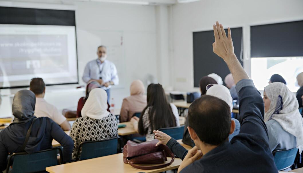 Undervisningen foregår som dialog mellom lærer Dean Cadhamn og elevene. Diskusjonen foregår mest på arabisk, da mange av elevene nettopp er kommet til Sverige. Foto: Kristian Ridder-Nielsen