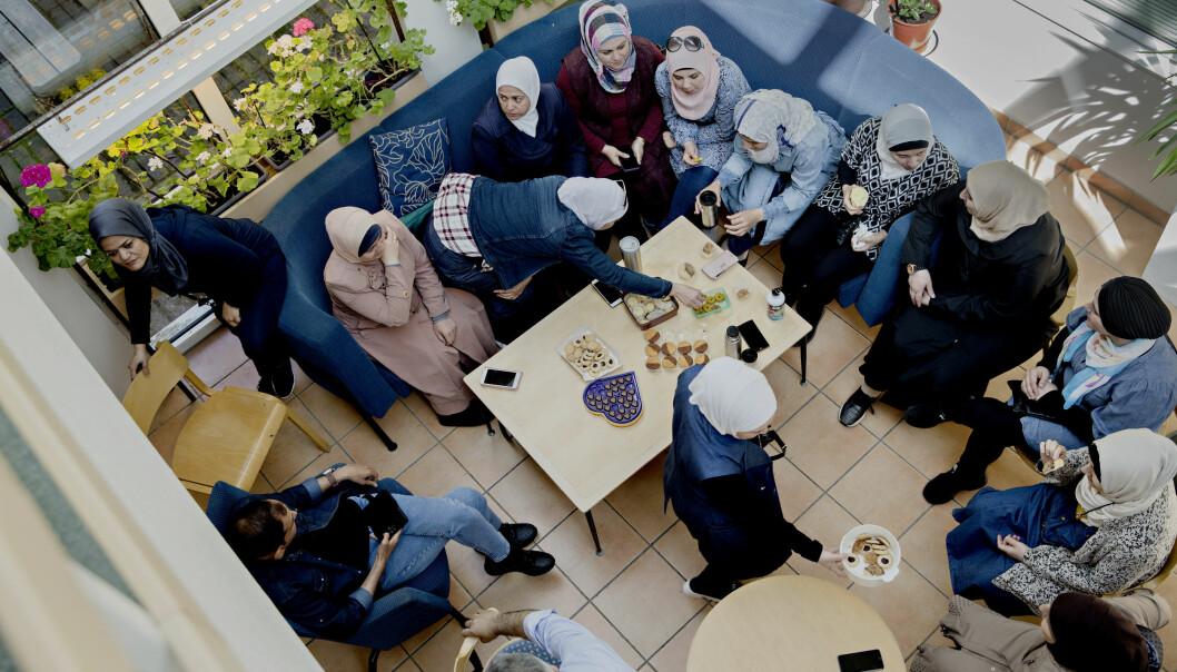 I lunsjpausen har mange av kvinnene tatt med seg kaker og annet godt for å feire at ramadan er over. Foto: Kristian Ridder-Nielsen