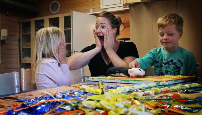 Linda Orskaug tar en Skrik til glede for Malin og Aksel.