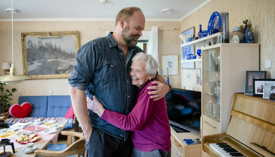 En gledelig gjenforening mellom lærer Kari Korsæth og eleven Atle Antonsen. – Jeg har jo hele tiden tenkt at jeg skulle stikke innom, og så har det plutselig gått 37 år, konstaterer Atle. Foto: Joakim S. Enger