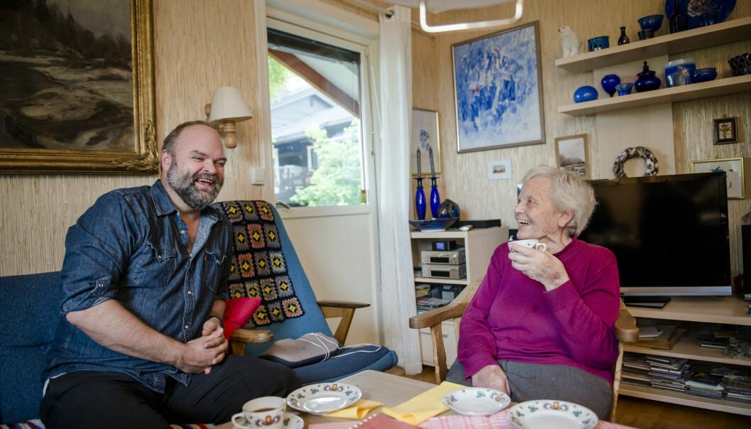 – «Der er eleven min», pleier jeg å si, forteller Kari Korsæth når hun ser Atle Antonsen på TV. Men hun har til gode å se ham på scenen. – Vi skal på turné til Lillehammer i januar neste år. Da får du en invitasjon dit, forsikrer Atle. Foto: Joakim S. Enger