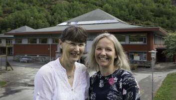 Inspektør Kari Johnsen (til venstre) og rektor Ingrid Steine Bortne ser bare fordeler ved å være en del av «levande skule». Foto: Kari Kløvstad