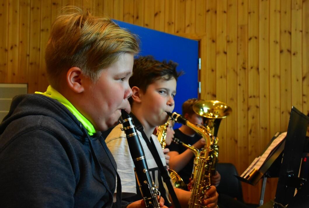 Honningsvåg skolekorps øver. Her ser vi Thomm Sverre Mikkelsen på klarinett og Benjamin Seljebu Hansen på saksofon. Korpset ble stiftet i 1960 av Aksel S. Mauno og fyller altså 60 år til neste år. Foto: Kirsten Ropeid