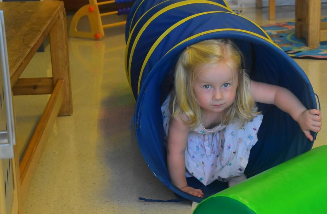 """Det skal være liv og røre i barnehagene i Bamble. Derfor er de pilot for prosjektet """"Liv og røre"""" i Telemark fylkeskommune. Adelen åler seg raskt og trygt gjennom den skumle tunnelen, for hun tør! Foto: Kirsten Ropeid"""