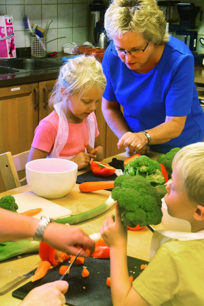 Styrer Gunn Walle og Sanna diskuterer størrelsen på grønnsaksbitene. Foto: Kirsten Ropeid