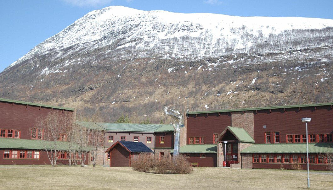 Situasjonen for små vidaregåande skolar i distrikta er blir kaldt ein udetonert bombe, men er ikkje diskutert i valkampen. Her Nordkjosbotn vidaregåande skole i Troms.