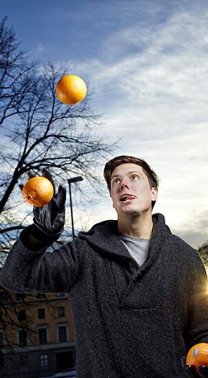 Andreas Wahl mestrer å ha mange baller, eller appelsiner, i luften på en gang. Foto: Erik M. Sundt.