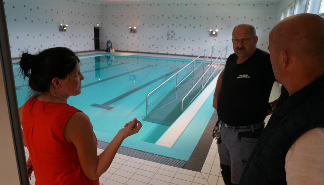 På Knapstad ungdomsskole er de stolte av svømmehallen. Her er billettprisene lave og både barn, eldre og funksjonshemmede bruker det. Foto: Marianne Ruud