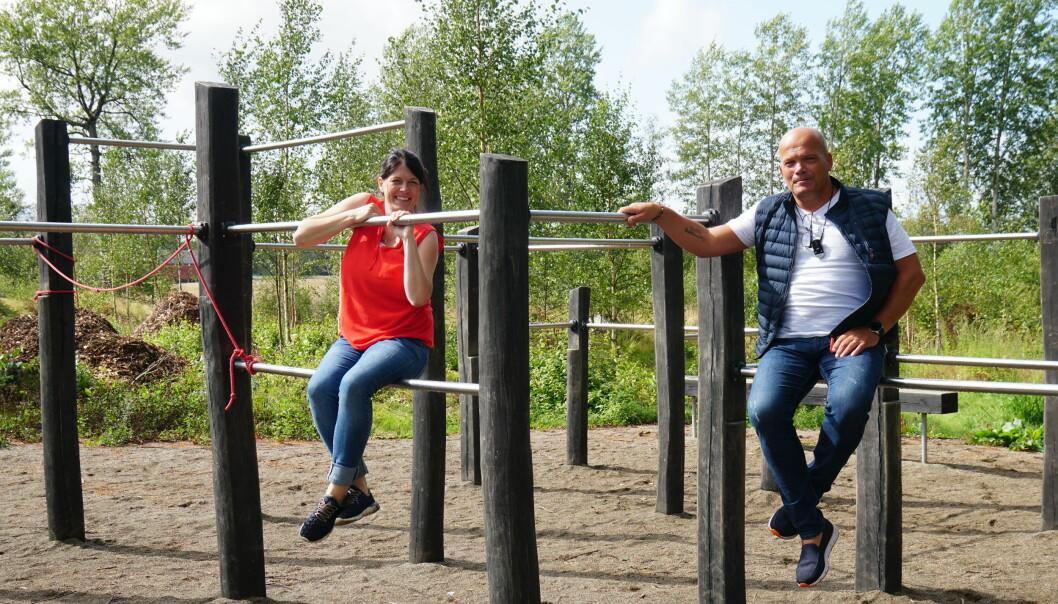 Aktivitetspark, flerbrukshall og fulle bassenger. Det gleder ordførerkandidaten i Indre Østfold. Her er hun på befaring med styremedlem i Knapstad vel, Pål Rypdal. Foto: Marianne Ruud