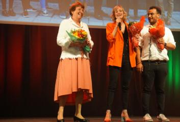 Ordfører Marianne Borgen, skolebyråd Inga Marte Thorkildsen og lærervikar på Kuben videregående skole Omar Samy Gamal fikk blomster som de kastet til tre heldige deltakere på SVs valgvake. Foto: Marianne Ruud