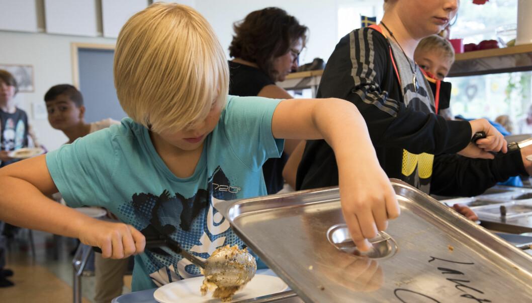 I Sverige får elevene servert mat på skolen. Her forsyner Emil Taflin seg med varm lunsj i skolekantina. foto: Erik. M. Sundt
