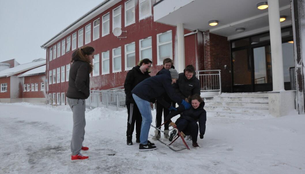 Leiaren i Finnmark Senterparti Geir Adelstein Iversen meiner det finns verkemiddel for å sikre lærarar til små skolar i distrikta. BIldet viser elevar ved Båtsfjord skole. (Foto: Kirsten Ropeid)