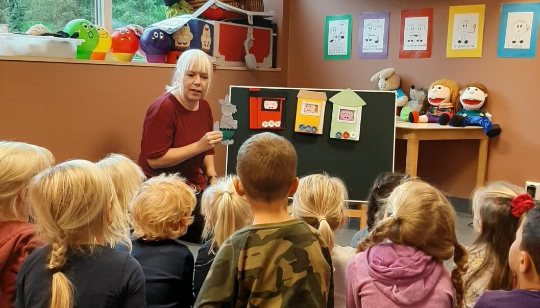 """Monica Sande bruker filtfigurene i samlingsstundene i barna. Her fortelles historien om """"de tre små grisene"""". Foto: Privat"""