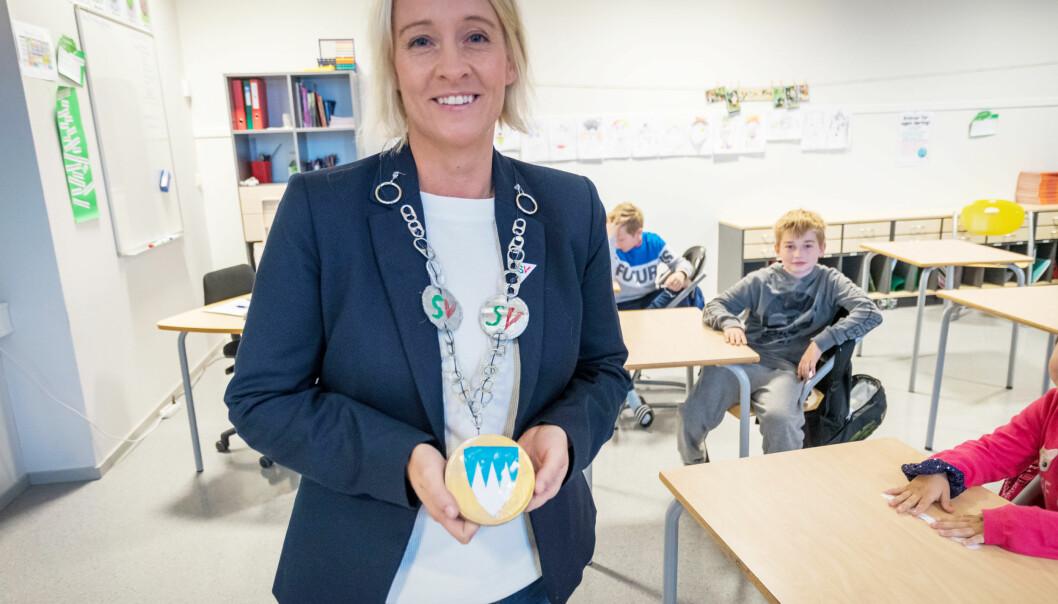 Elevene i 5. klasse på Åfarnes skole i Rauma hadde laget ordførerkjede til sin ferske ordfører da de fikk henne på besøk. Foto: Per-Kristian Bratteng, Åndalsnes avis.