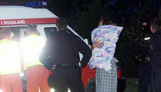 De siste barna blir frigitt og hentet av foreldrene i barnehagen og kjørt i ambulanse til kommunens krisesenter. FOTO: NTB scanpix