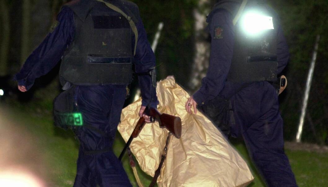 Gisseldramaet i Hjelmeland er over. Bevæpnet politi bærer bort våpenet som mannen hadde med seg. FOTO: NTB scanpix