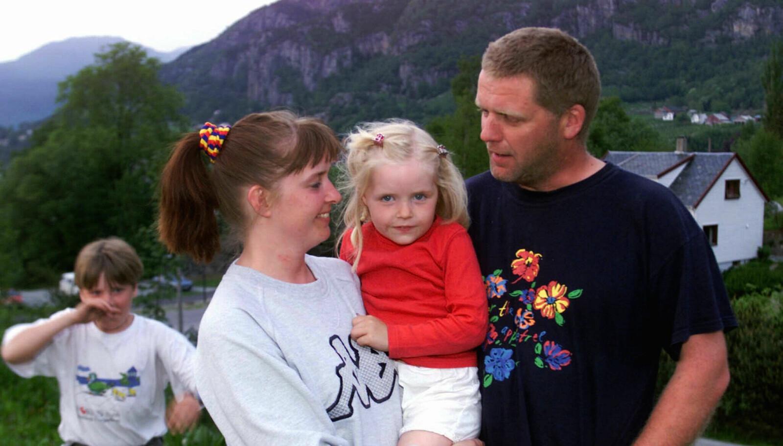 Sandra (4) sitter trygt på armen til mamma Marianne Nising og pappa Sigve Vatland etter å ha vært gissel i barnehagen i fem timer. Storebror Kristoffer løper i bakgrunnen. FOTO: Cornelius Poppe, NTB scanpix