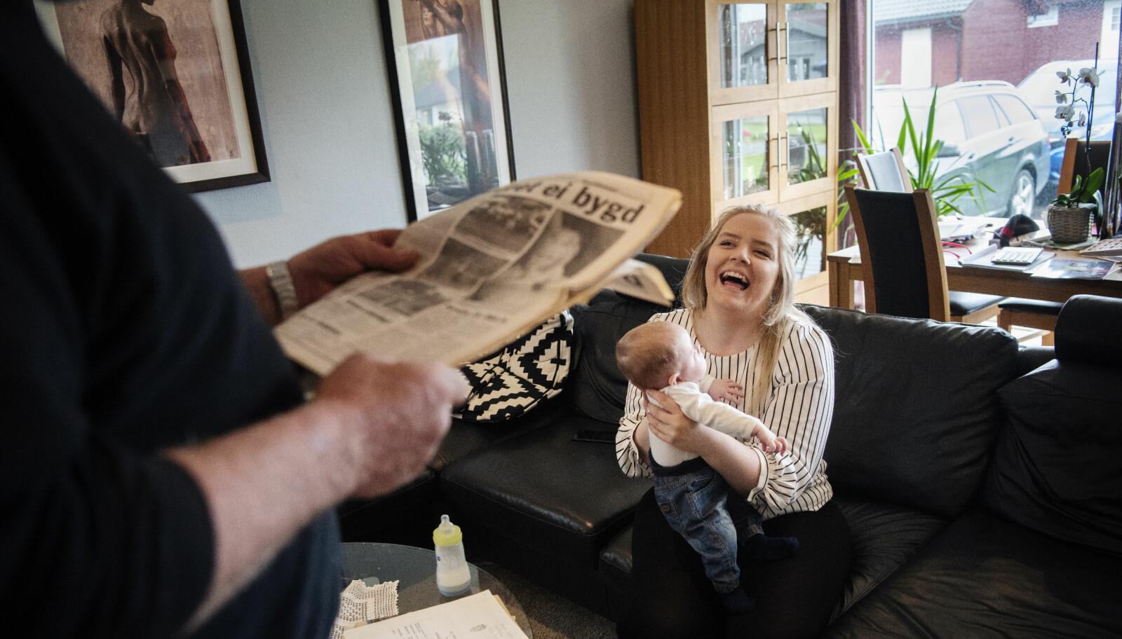 Sandre Nising Vatland (23) med sønnen Samson hjemme hos foreldrene i Hjelmeland. Gisseldramaet preger henne ikke i dag, selv om hun husker enkelte ting.