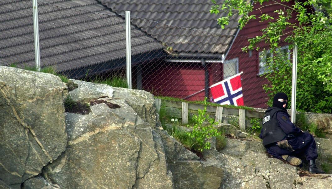 Skarpskyttere ble plassert utenfor Hjelmeland barnehage, men gjemt slik at gislene og gisseltakeren ikke kunne se dem. FOTO: NTB scanpix