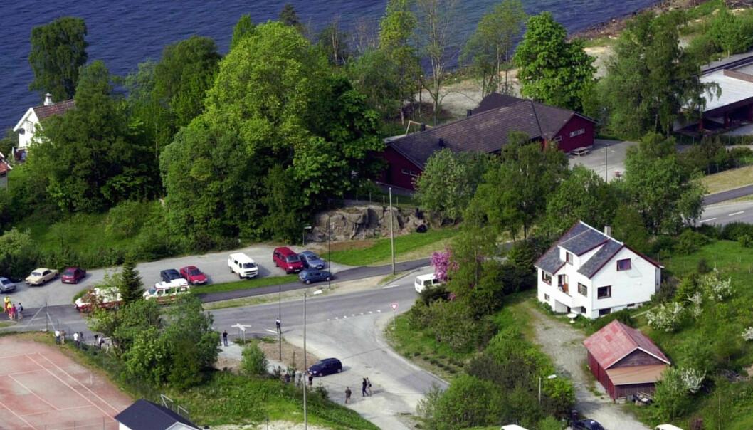 25 barn og 10 voksne ble tatt som gissel i Hjelmeland barnehagen, den røde store bygningen for 20 år siden neste år. Foto: NTB scanpix