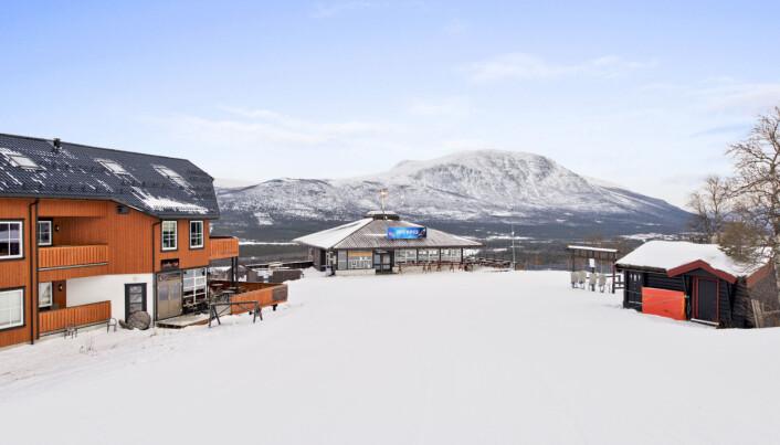 I 2014 kjøpte Hammerås en ferieleilighet til nærmere tre millioner kroner midt i skisenteret i Oppdal gjennom samme eiendomsselskap som eier barnehagelokalene. Leiligheten ligger i bygget til venstre på bildet. Foto: Martin Innerdal Dalen/InvisoAS.