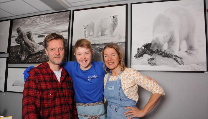 Pappa Terje Aunevik, Trym og mamma Tove Beate Eide i kaffebaren Fruene, der alle stamgjestene er vant til å se Tryms blide ansikt. Foto: Marianne Otterdahl-Jensen