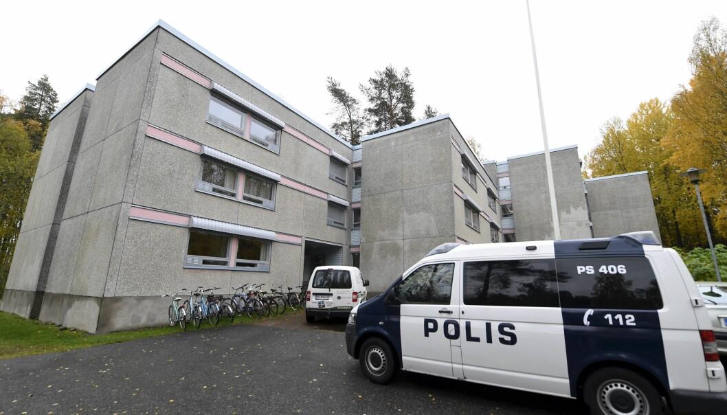Ein politibil er parkert ved studentheimen i Sarkiniemi in Kuopio. Foto: Vesa Moilanen/Lehtikuva, AP
