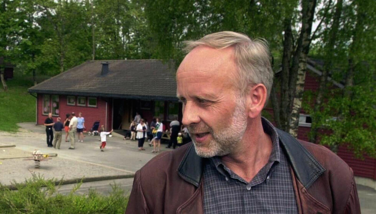 Ordfører Terje Thornquist kom til Hjelmeland barnehage med blomster dagen etter gisseldramaet. Foto: NTB scanpix.