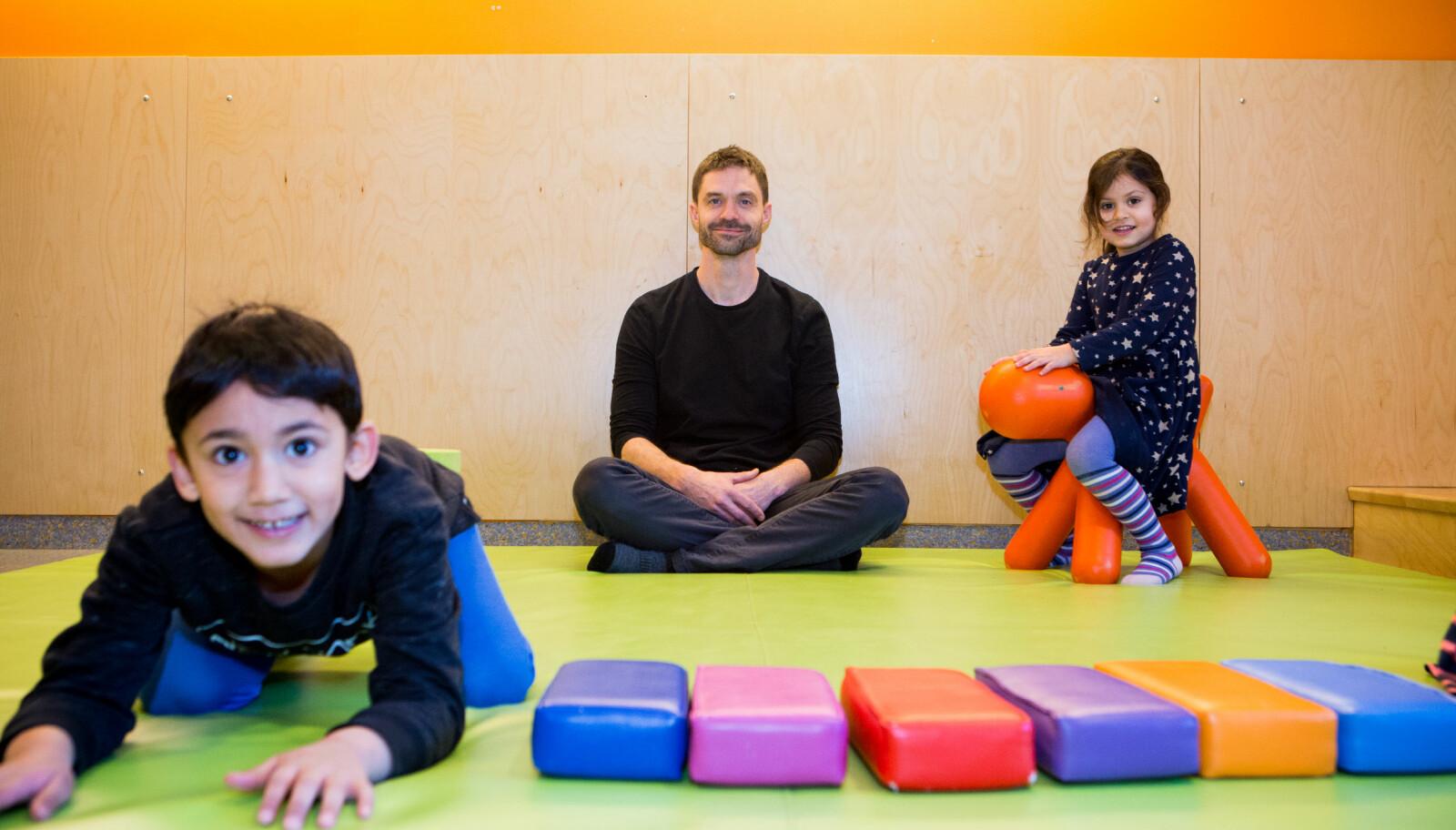 Forsker Rasmus Kleppe ved OsloMet sier de minste barna også driver med risikolek, når de forsøker å reise seg for første gang, klatrer opp på en puff eller lekesloss. Foto: Charlotte E. Wiig