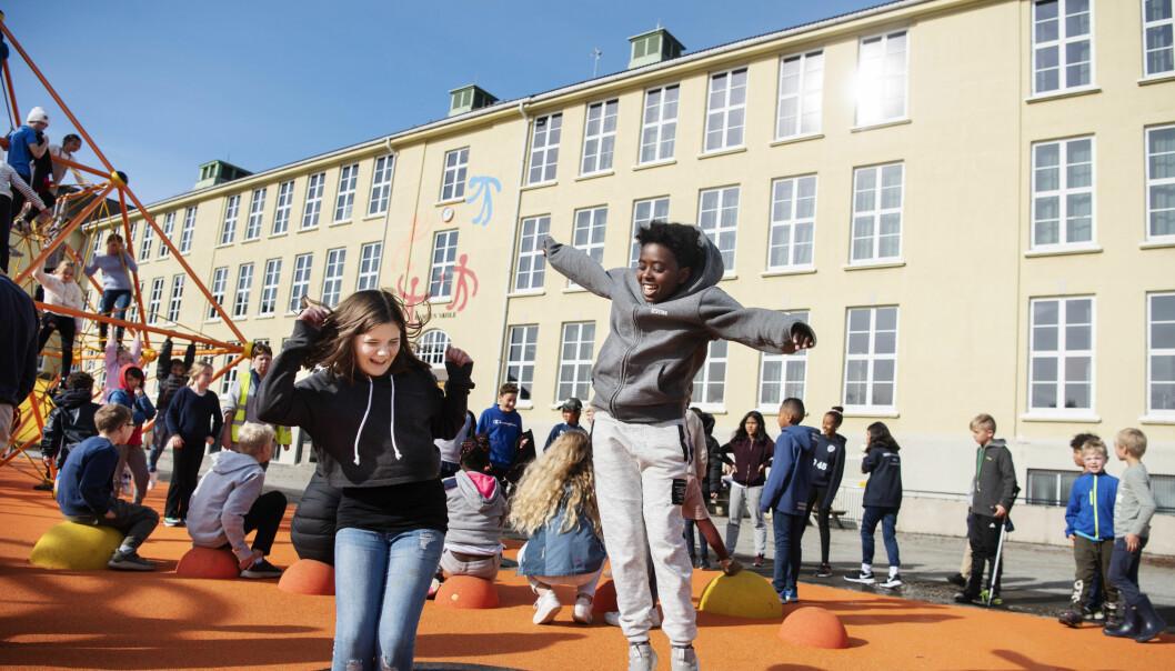 Malin Rødder Bjørnøy (t.v.) og Stella Christ Crawford tester den splitter nye og fargerike skolegården til Kampen skole i Stavanger.  Foto: Marie von Krogh
