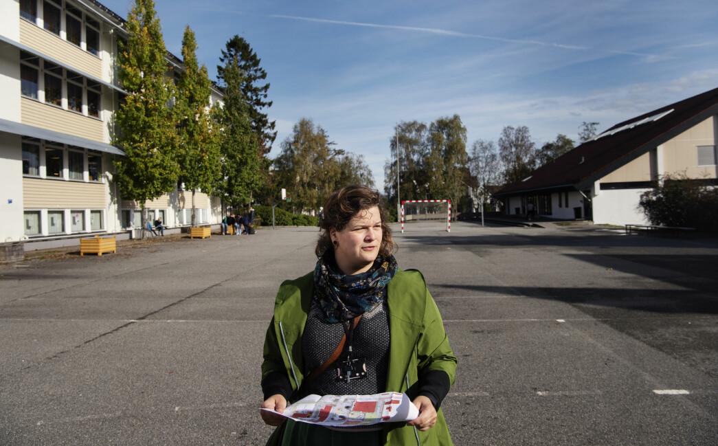 Landskapsarkitekt Kine Marie Krogh Olesen med tegningene over det som skal bli den nye skolegården på Kannik skole. Foto: Marie von Krogh