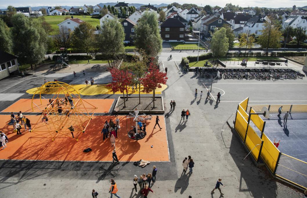 Kampen skole i Stavanger har nettopp fått splitter ny skolegård. Skolen er en klassisk byskole med bygg i hesteskoform rundt en nokså liten skolegård. Foto: Marie von Krogh