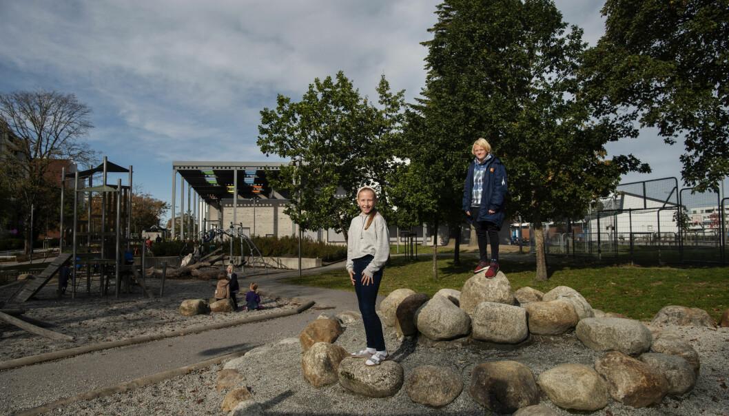 Ved Eiganes skole strekker uteområdene seg rundt hele skolen, delt inn i ulike soner. Elevene Marius Knutsen og Live Sandve Langeland savner ikke den gamle skolegården. Foto: Marie von Krogh