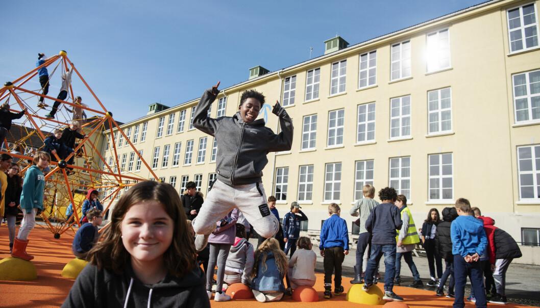 Stella Christ Crawford tester trampolinen med Malin Rødder Bjørnøy i forgrunnen. For bare noen dager siden fikk de en helt ny og fargerik skolegård. Foto: Marie von Krogh