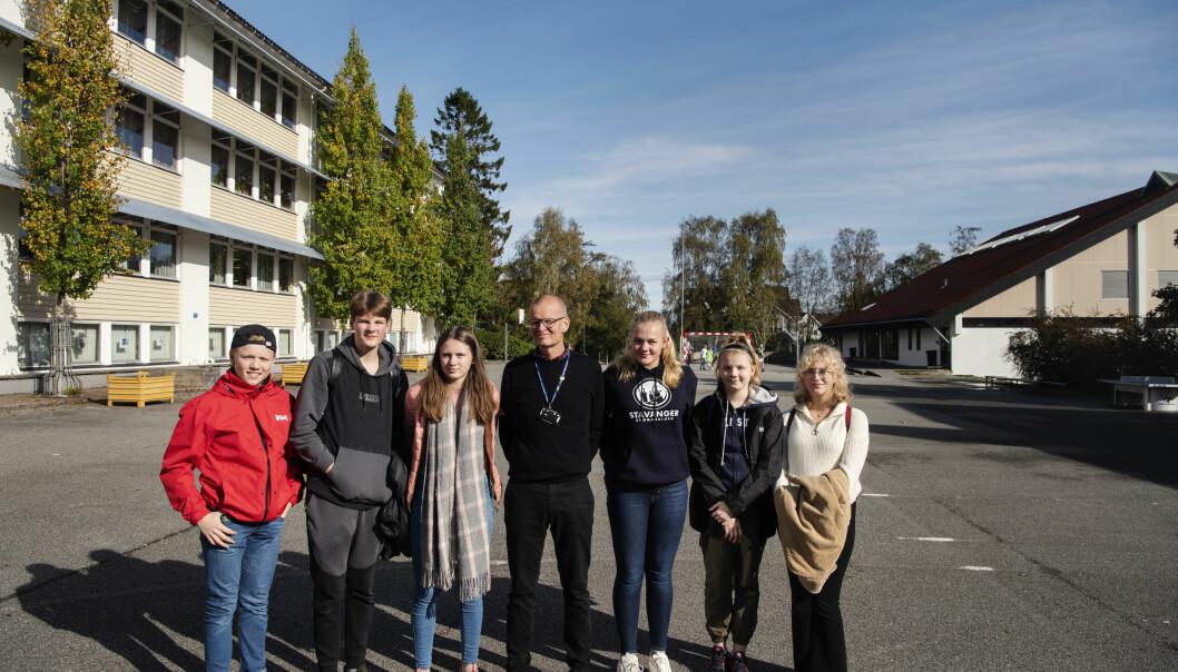 Elevene ved Kannik ungdomsskole og rektor Finn Lea ønsker seg sitteplasser, aktivitetstilbud, farger, lys og ikke minst tak. Foto: Marie von Krogh