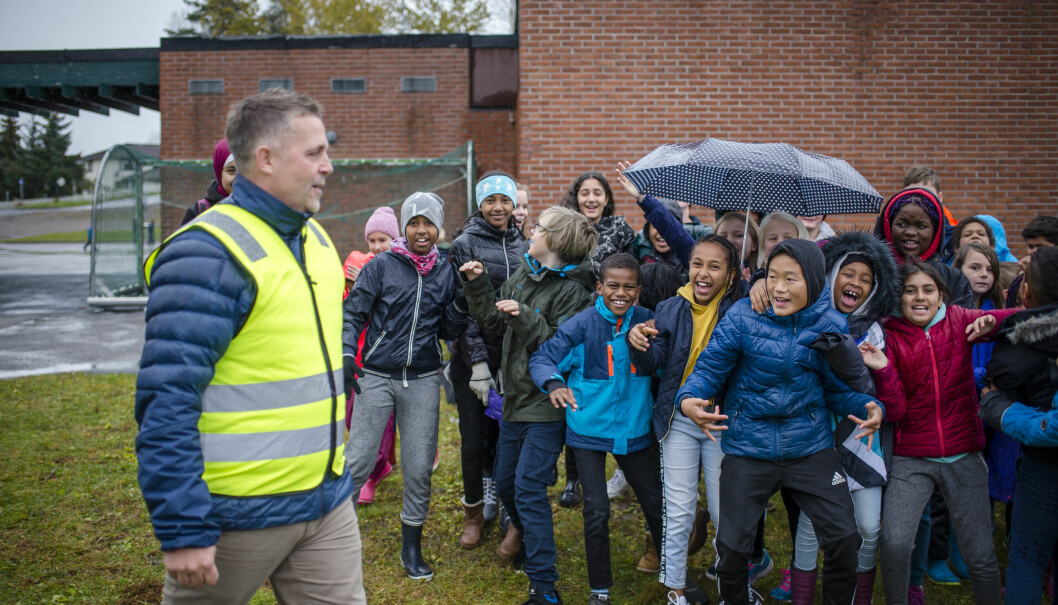 Rektor Kim Aas tar gjerne på seg inspeksjonsvesten og tar turen ut i skolegården. – Vi er opptatt av at alle elevene skal føle at her hører de til, sier Aas. Foto: Joakim S. Enger