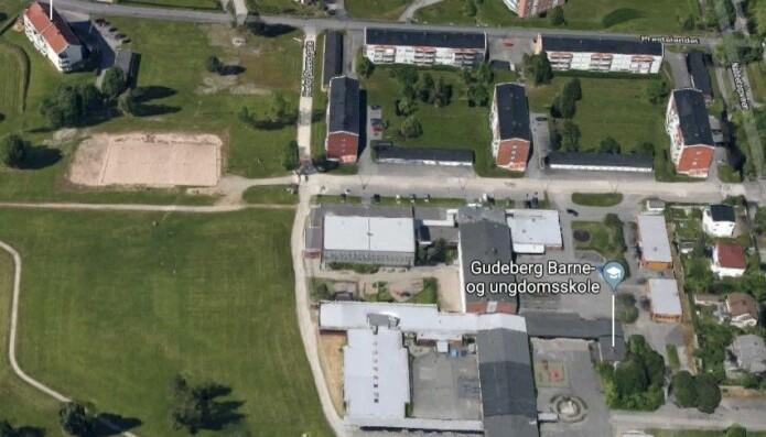 Gudeberg Barne- og Ungdomsskole slik den står nå, med de fredede grøntområdene rundt. Foto: Google Maps