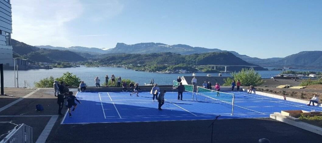 Badmintonbaner, street basket, sandvolleyballbane og trampoliner er noe av det kommunen fikk inn i skolegården til ungdomsskolen. Foto: Vågsøy kommune.
