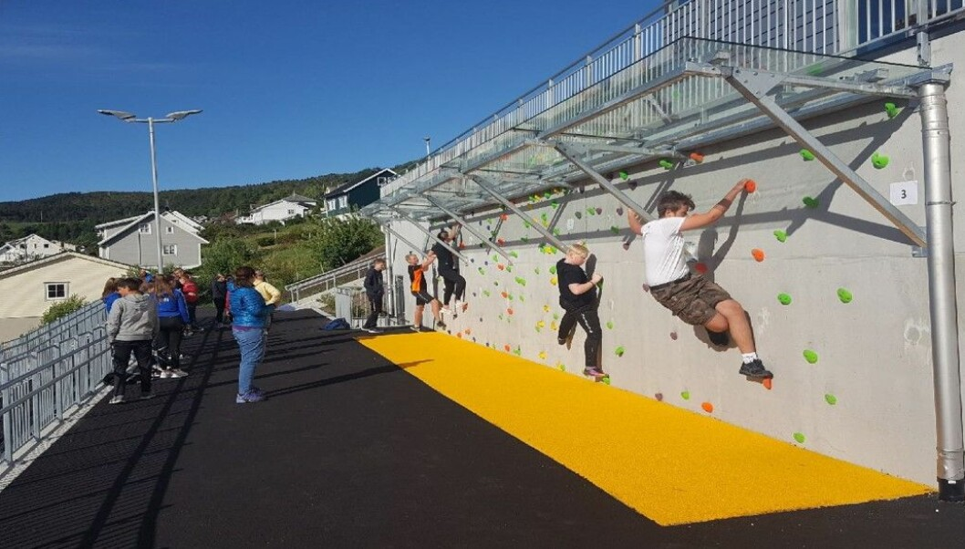 Klatrevegg i den nye skolegården. Foto: Vågsøy kommune.