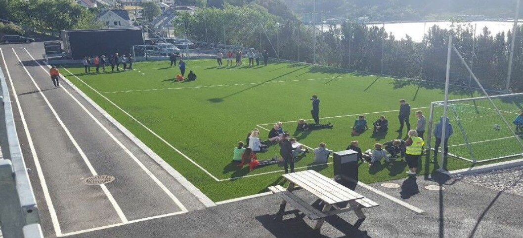 Fotballbane med 60 meters løpebane på siden.
