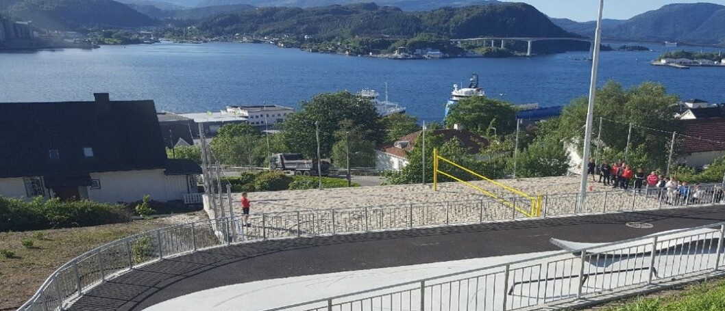 Sandvolleyballbane. I forgrunnen skimtes en liten skatepark.