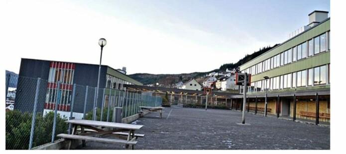 Slik så den gamle skolegården ut før både skolebygg og skolegård ble ny. Foto: Vågsøy kommune.