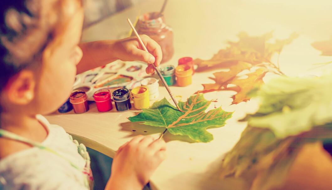 Å la flerspråklige barn få kommunisere via forming vil gjøre det lettere for dem å uttrykke seg i barnehagen, men da må vi ikke være fastlåst i rutinepregede høstbilder, skriver artikkelforfatteren. Illustrasjon: Adobe stock