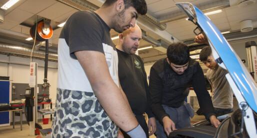 Ved Stovner videregående lærer elevene å mekke fremtidens biler